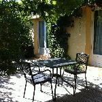 Côté cour, patio abrité avec des vignes.