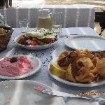 il nostro pranzo: taramosalata, insalata greca frittura calamari