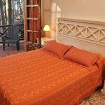 dormitorio cabaña con sommier Queen