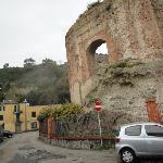 facciata, in primo piano la piscina romana