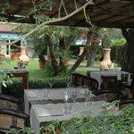Tavoli all'aperto nella veranda estiva