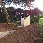 l'un des accés à la piscine juste devant la terrasse du studio