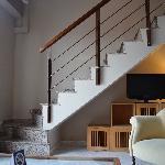 Woonkamer/keuken met trap naar slaapkamer en badkamer