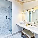 La grand-douche con idromassaggio, marmi, mosaici e tanta luce nella zona bagno della 203