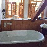 La salle de bain avec une decoration chaleureuse sur le thème de la mer et des baleines
