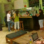 El bar y el staff en la mañana