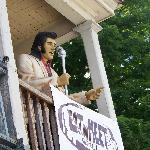 Elvis is up on the roof!
