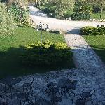 Blick aus dem Fenster auf Vorplatz und Garten
