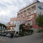 Hotel von der Flußuferstraße aus fotographiert