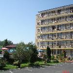 Вид на 6-ти этажный корпус отеля