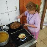 Orietta cocinando Gallo Pinto para el Desayuno