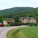 Il Corniolo seen from the gravel road, leading up to the two main buildings.