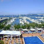 zicht op haven en zwembad