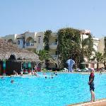 piscine et vue d'une annexe