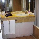 Il lavabo con la ricca dotazione di prodotti per la toilette