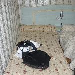 Eines der Betten im Zimmer.