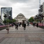 Blick auf den Platz mit Gedenkhalle