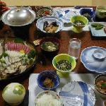 夕食(左端は追加+3000円分のお刺身込み)