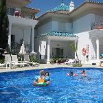 Zwembad met linksboven appartement