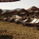 Transats cassés sur la plage, avec clous rouillés qui dépassent!