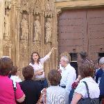 Elvira, una de nuestras guías, explicando en la Catedral de Valencia