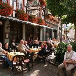 Betriebvoller Marktplatz in Ahrweiler.