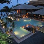 Vue de la piscine de l'hôtel de nuit
