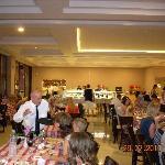 Spisesalen var et uendelig kaos av hylende barn, barn som løp rundt om kring og underholdning so