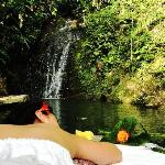 Cascada de agua pura y cristalina ideal para un baño energético