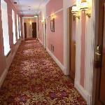 ピンクを基調とした廊下のスーペリアブロック