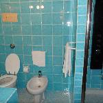 Salle de bain avec douche massage