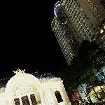 Vista nocturna desde fuera: la opera y el hotel!