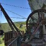 The big Medieval winch used for lifting objects tothe cliff dwelling