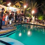 Danse au bord de la piscine