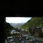 vue depuis notre chambre (305), le parking est celui de l'hôtel à droite.