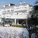 Façade du LOGIS Hôtel le Miramont à Argelès-Gazost sous la neige