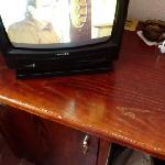 Fernseher und Tisch mit Gebrauchsspuren