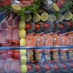 Decoración de la vidriera con alimentos coloridos y frescos