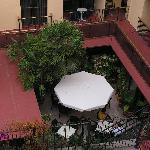 vue de la chambre sur la mini terrasse de l'hôtel