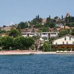 Moniga del Garda, met resort vanaf het meer