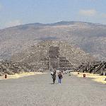 Im Hintergrund die Mondpyramide