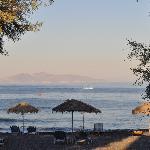 Strand von Kamari am Abend
