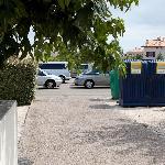 Vue du bungalow, pour surveiller le parking et les poubelles