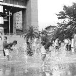 Niños en plaza de los pies descalzos