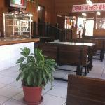 Cafetería-panadería. Almuerzos a $2.50. Servicio regular, comida buena