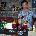 manos doing cocktails