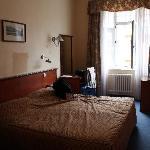 Notre chambre (205) coté rue. - spacieuse et propre