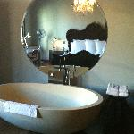 Large bath tub in the room
