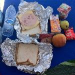 pedazo de picnic del hotel sandwich York y otro de mortadela y un polvorón de postre para tomar