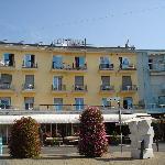 Hotelfront mit Zimmern/Balkon auf den Platz Aurora